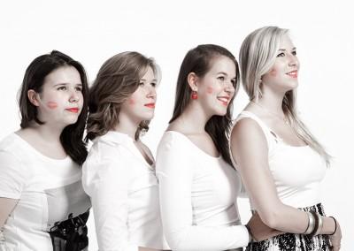 Joop Luimes vier zussen met kussen_9350