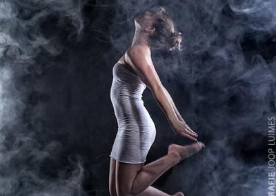 Joop Luimes springende vrouw met rook_5177